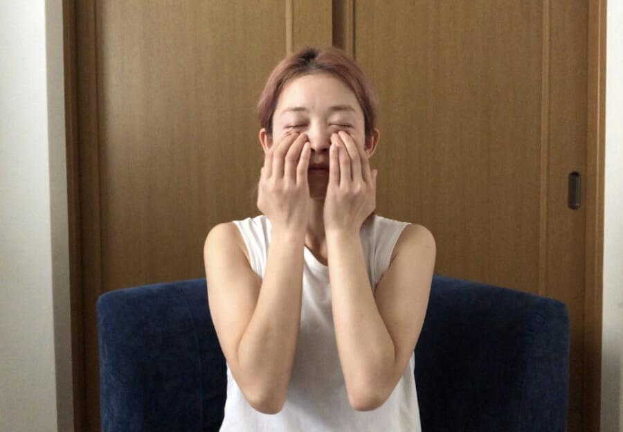 目の周りはデリケートなので、指を大きく動かしすぎずやさしい力加減で行ってください