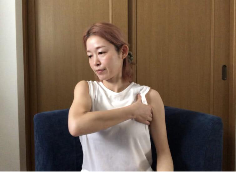 脇周りはリンパの流れがつまりやすいところなので、少し痛みを感じる場合もあります。その時はやさしい力加減で、少し長めにもむと、ほぐれやすくなりますよ
