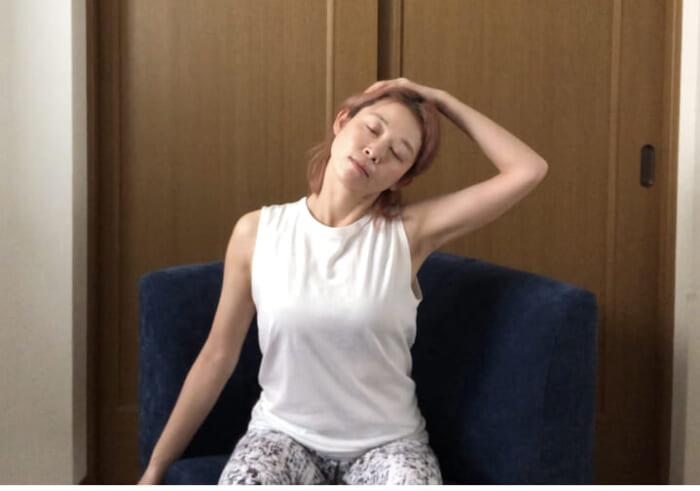 右手を左のこめかみにあて、吐く息とともに頭を右に倒します。2呼吸ほどキープしたら、次に吸う息とともに頭を戻します。反対側も同様に行ってください