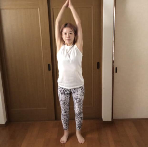 息を吸う時に腕を上げて、吐く時におろしましょう。腕を上げる時は頭の上で両手を合わせましょう。最初はゆっくりなテンポでもかまいませんので、手を大きく動かすことに意識を向けてください。この動きを1分間続けます