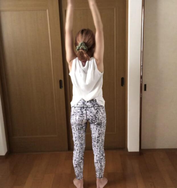 STEP2:背中側で腕を上げ下げする