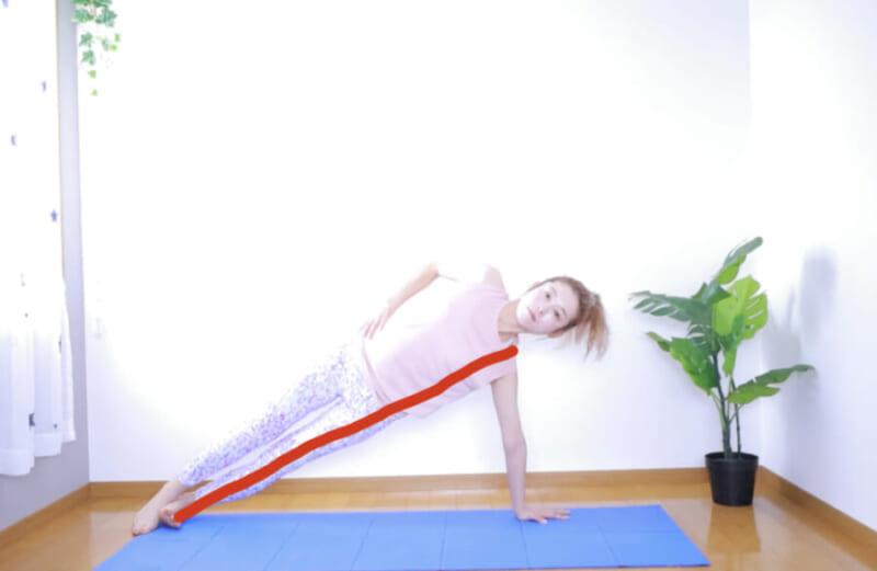STEP2:片側に重心を移しながら上半身を横に向ける