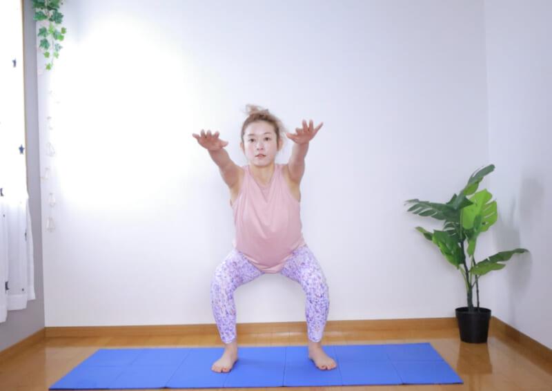 一度息を吸って背筋を伸ばし、そのまま吐く息とともにお尻を後ろに突き出すようにして腰をゆっくりおろします