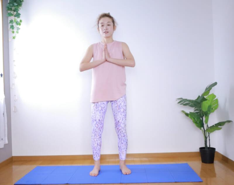 先ほどのワイドスクワットと同様に足を腰幅に開き、つま先を外側45度に向けます。手は胸の前で合掌させます