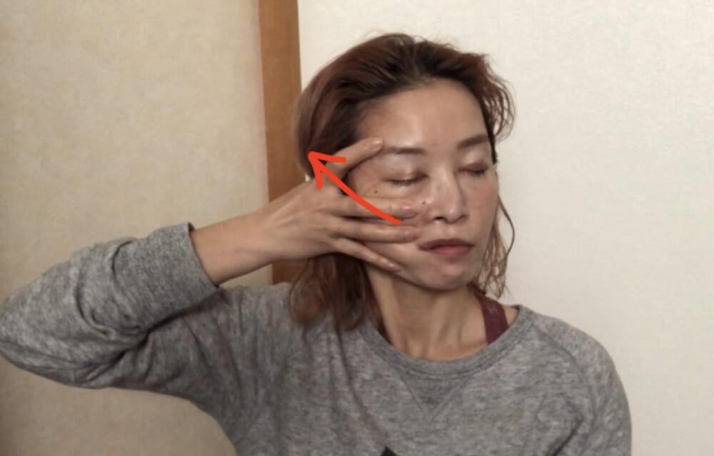 口周りに指をずらして同じように繰り返します。これも2回行います。斜め上に引き上げるようにするとリフトアップ効果がUPを狙えます