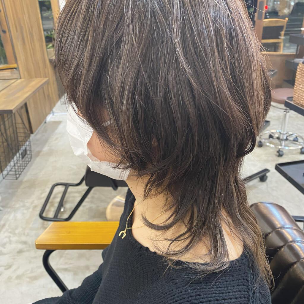 こちらは、マイクロハイライトをされた方の画像です。数ミリの細かいハイライトを全体的に施術することで立体的なスタイルになり、伸びてきた時も白髪とのラインがぼけて、目立ちにくくなります