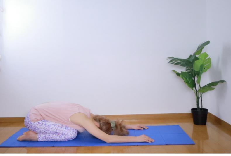 ダウンドックのポーズを3呼吸ほどキープしたら、最後にチャイルドポーズで休憩します。正座の状態から手を前に伸ばして頭をマットにつけ、脱力します。このままご自身の好きなタイミングで上半身を起こして終了しましょう