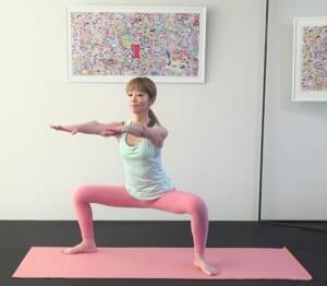 息を吸いながらお腹を腰に引寄せ背骨を伸ばし、吐く息とともにお尻を後ろに突き出すように膝を曲げて腰をおろします。できれば、太もも裏が床と平行になるように、足の位置など調整してください