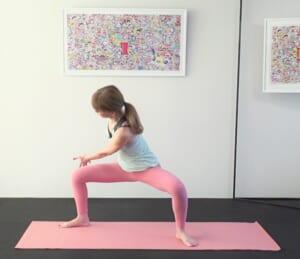 次に、吐く息とともに両手を右脚外側に伸ばしながら、腰をおろします。この時、膝を正面に向けて、下半身の形が変わらないように注意してください。息を吸いながら上体を正面に戻します