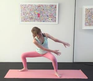 吐く息とともに腰をおろしながら両手を左脚外側に伸ばします。(3)と(4)を4回ずつ繰り返します。慣れてきたら(1)〜(4)の動作を丁寧に2セット、3セットと増やしてみてください