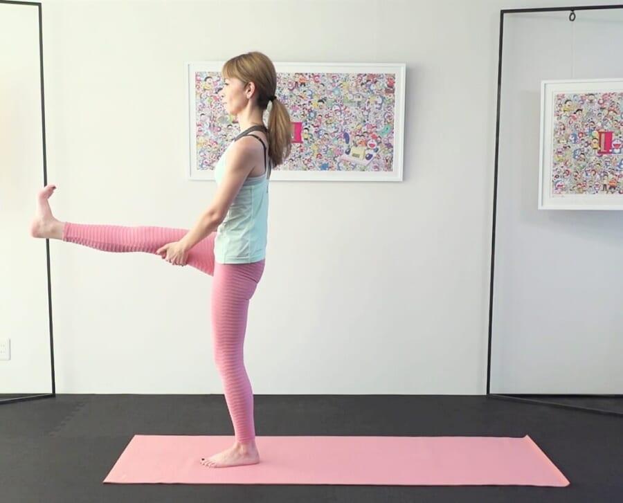 5回目に両手を膝裏にそえて、かかとを前に押し出しキープしてからゆっくりと右足を床に戻します。反対側も同様に動作を繰り返しましょう。