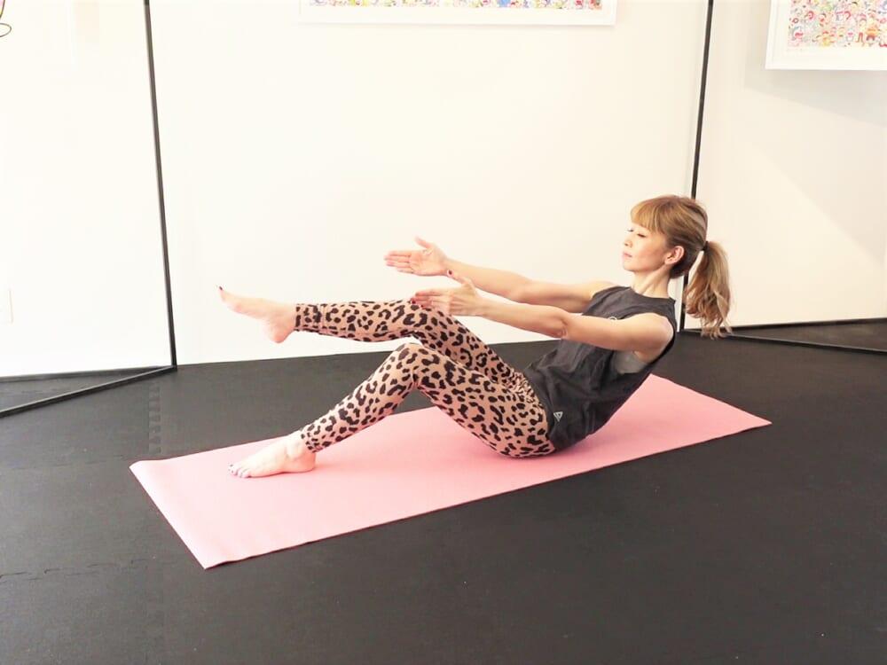 両手と右ひざを伸ばし、状態をキープします。この時、お腹の力が抜けて背骨が丸まり過ぎないように、肩が上がらないように注意してください