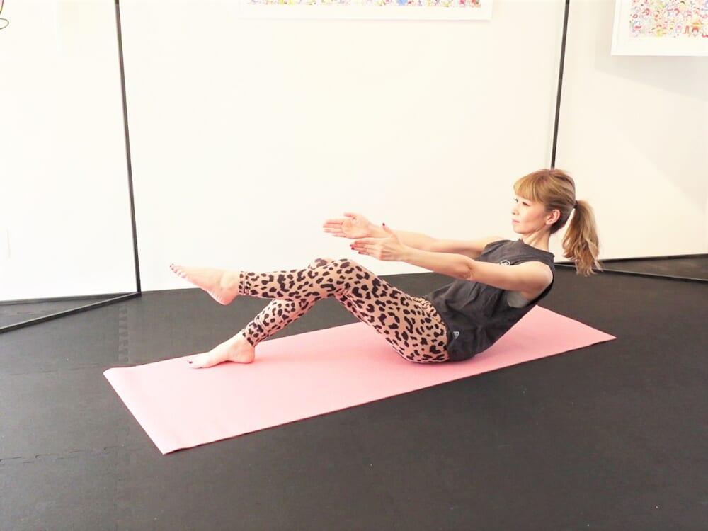 (1)〜(3)の動作を3回繰り返します。この時、「首がすくまないように肩甲骨を下げる」「お腹に力を入れる」「腰でお腹を押し返しす」ことを意識して体幹を鍛えてください