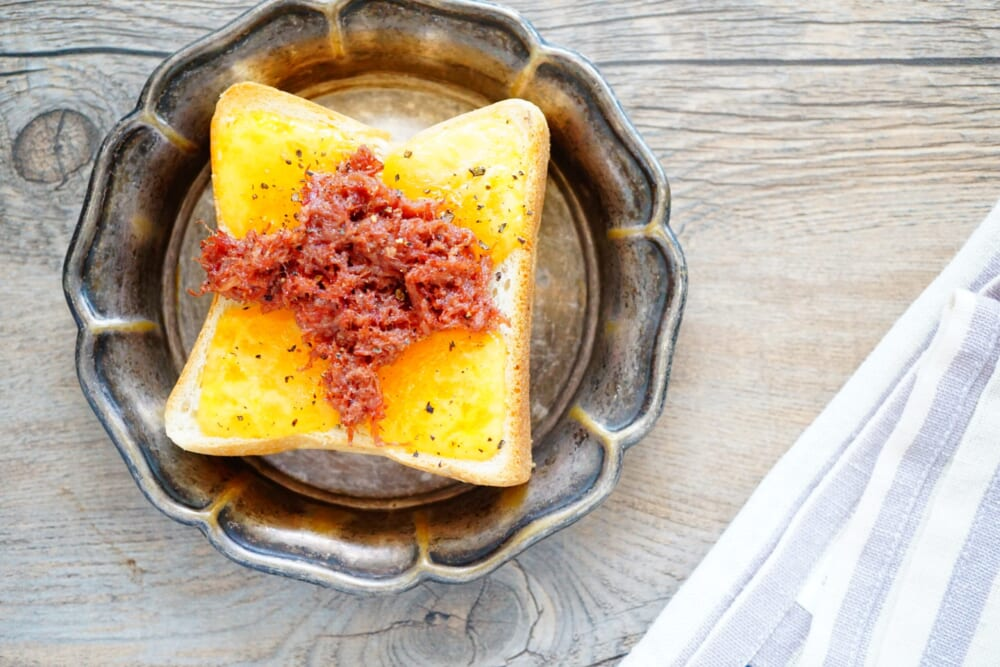チェダーチーズとコンビーフのペッパートースト