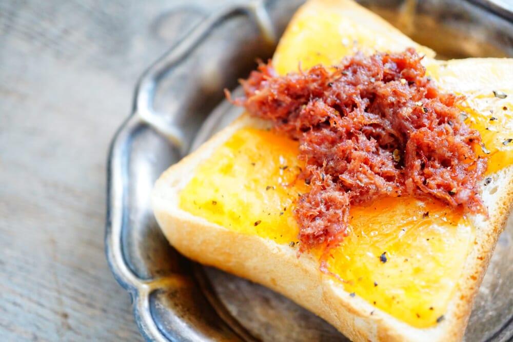 コンビーフのかわりに、鯖缶をほぐしてチェダーチーズと合わせても美味しいですよ。いろいろと試してみましょう
