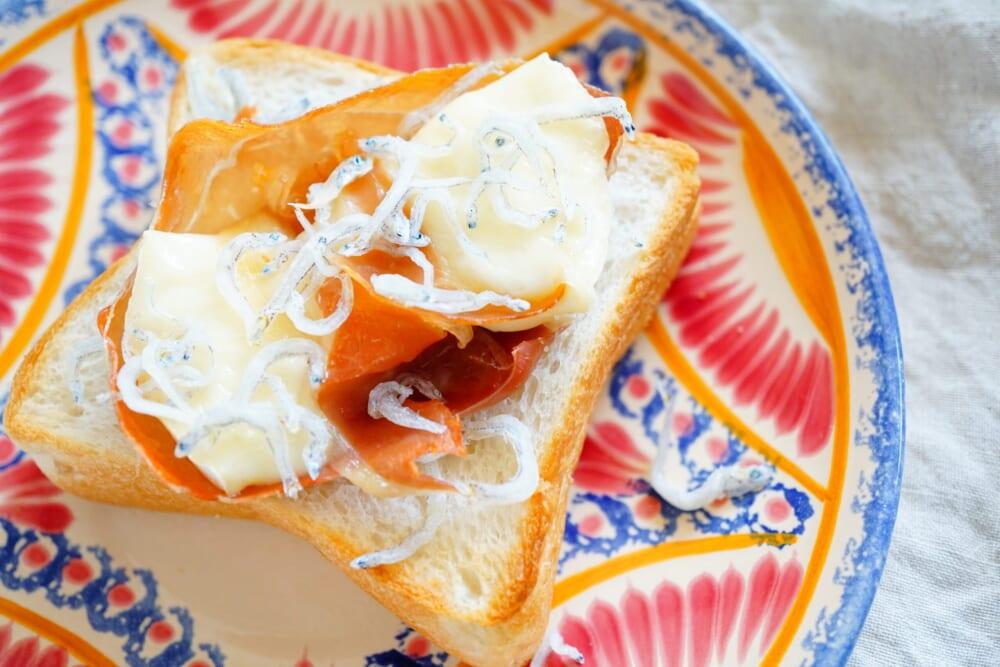 ちりめんじゃこをプラスすることで、不足しがちなカルシウムをより多く補給できるトーストになります