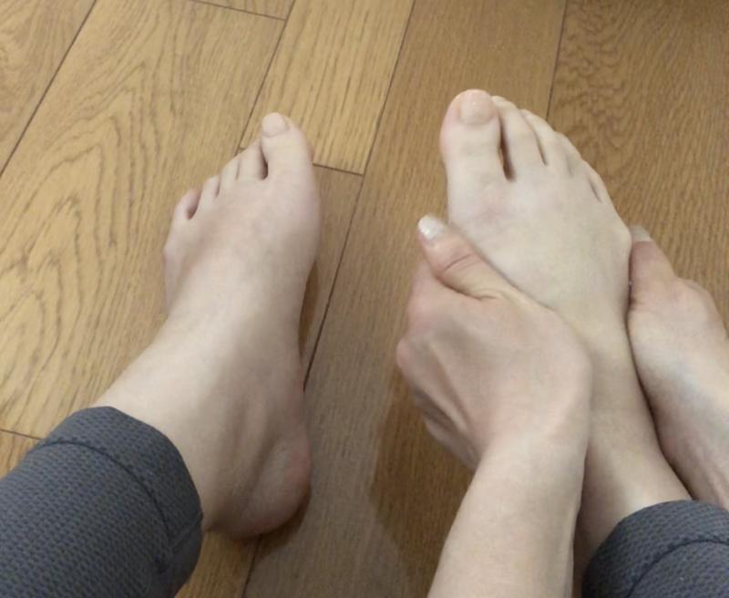 足全体の血流をよくするためのマッサージです。手のすべりが気になる方は、オイルやクリームをつけてくださいね