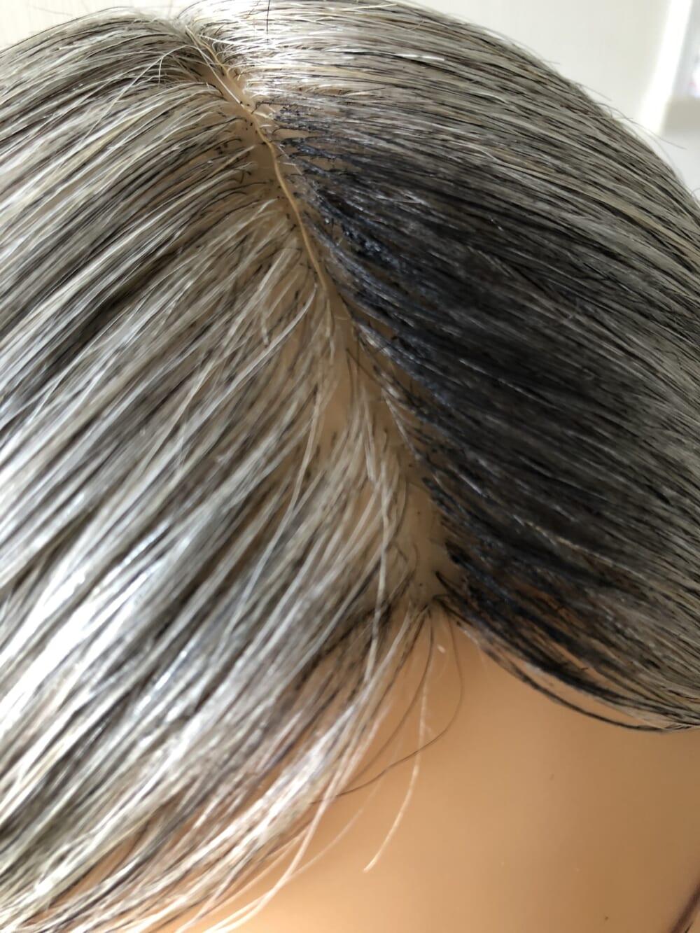 頭頂部や白髪の範囲が広い部分はブラシをねかせて塗り、顔周りや白髪の範囲が狭い部分はブラシを立ててとかすように塗りましょう