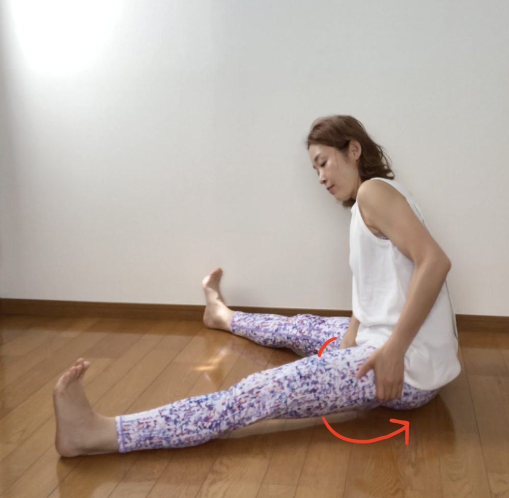 STEP2:足を左右に大きく開く