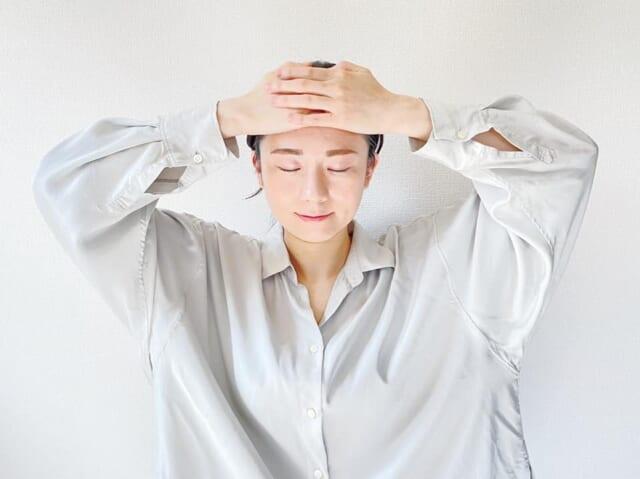 まずは、おでこの真ん中、眉毛の上に手の平全体を置きます。手の平をべったりとおでこに密着させて、そのまま生え際まで軽く圧をかけながらゆっくりと滑らせます。圧がかけずらい人は、テーブルの上に肘をついた状態で頭の重みを利用しましょう