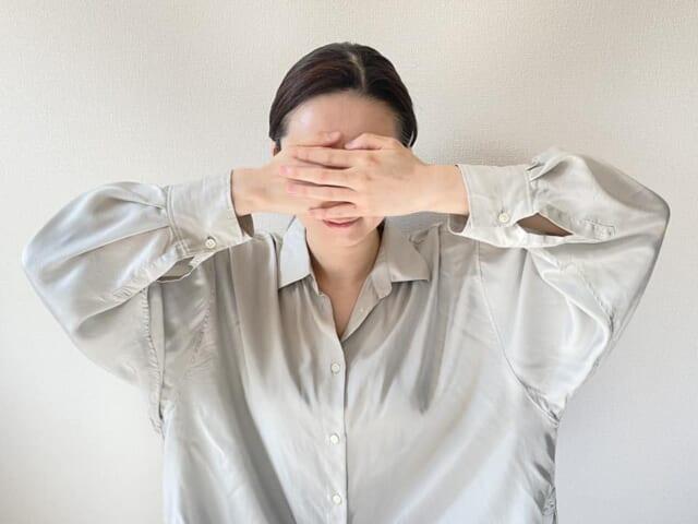 手の平全体を眉毛〜生え際までスライドさせます。これは、乳液などで保湿したついでに行ってください。滑りがよい状態で、肌に摩擦をかけないように注意しましょう