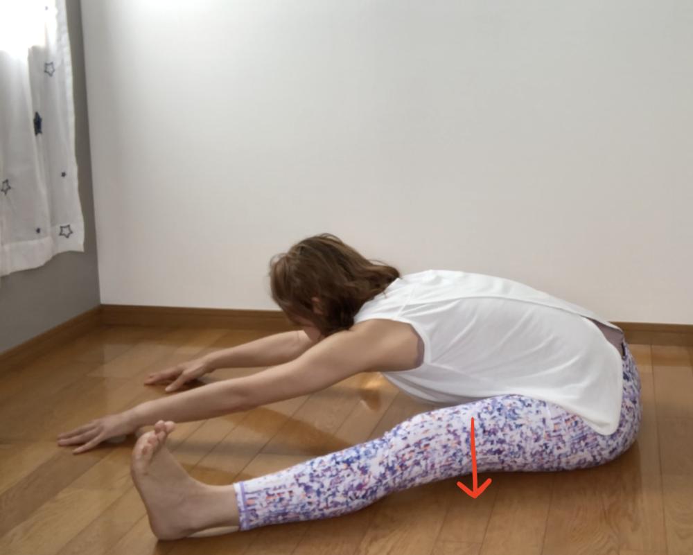 余裕があれば、吐く息とともに太ももを床につけるよう意識してみてください。太ももの裏側のハムストリングスがより強化されます