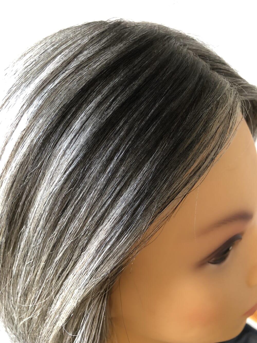 スプレーを髪から少しはなして、染めてる部分と重なるように隠したい場所にさっーと吹きかけます