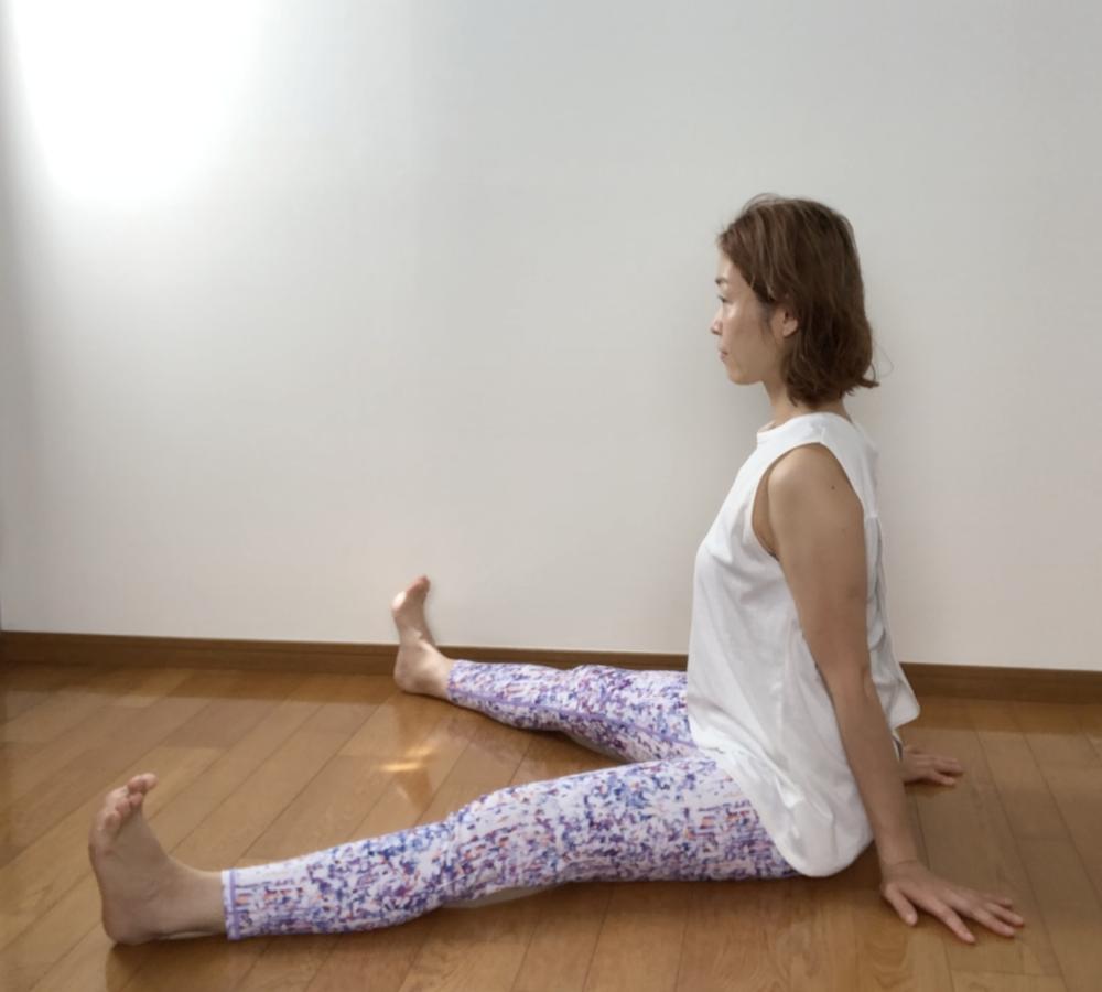 背筋が曲がりやすい方は、両手で床を押して背筋をまっすぐに整えましょう。ポーズがつらいと感じる場合は、膝を曲げてもかまいません