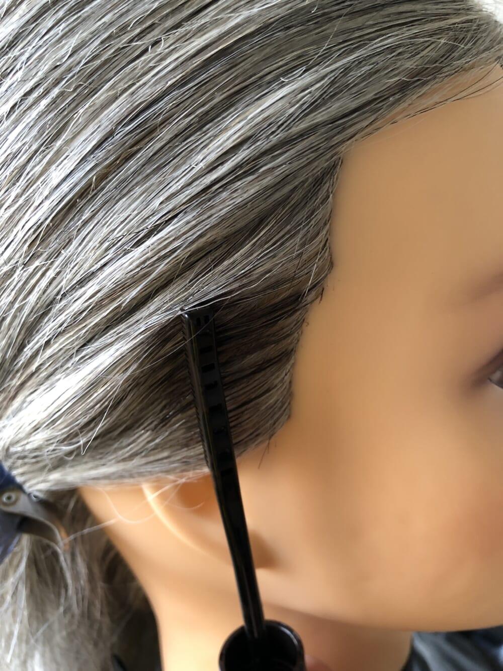 地肌につけないように、根元ギリギリのところからクシでさーっととかすようにして白髪に乗せます