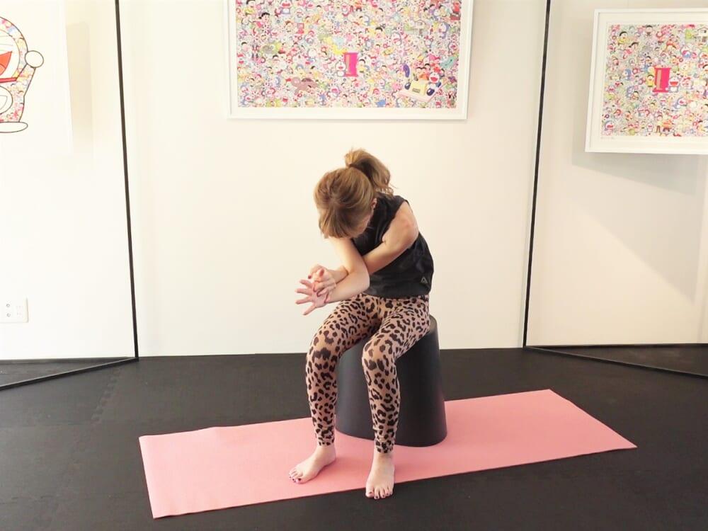 (4)の動作を腕を反対にして行います。最後に、両肩を上げて吐く息とともにストンと落としてリラックスしたら終了です
