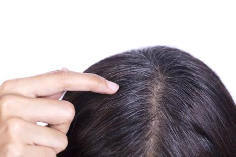 チラホラ白髪を染めずにカバー!白髪を即隠せるアイテム3選