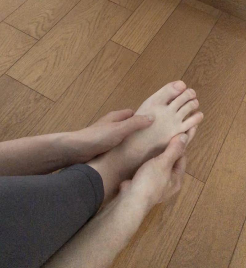 STEP4:足の甲の骨の間をマッサージ