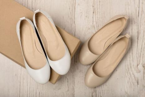 40•50代が気をつけるべき「ぺたんこ靴」のNGコーデ