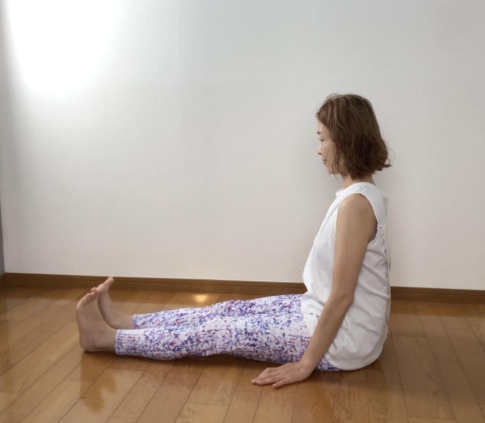 STEP1:両足を前に伸ばして長座の姿勢で座る