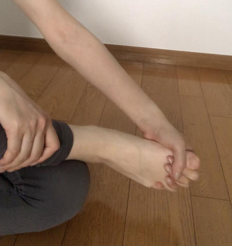 両足同時にまわしづらい時は、足指の間に手の指を差し込んで足首をまわすとやりやすいです。手をサポート代わりに使っている方は片足が終わったら、反対側も同じように行いましょう