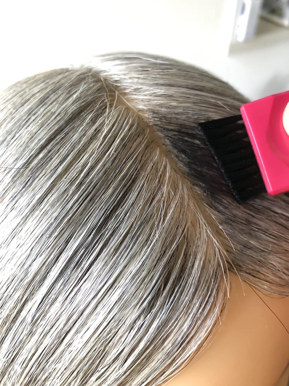 付属のブラシに適量をとり、乾いた髪の気になる生え際や分け目の白髪に塗ります。根元から少しはなれた場所から塗ると、地肌につきにくくなります