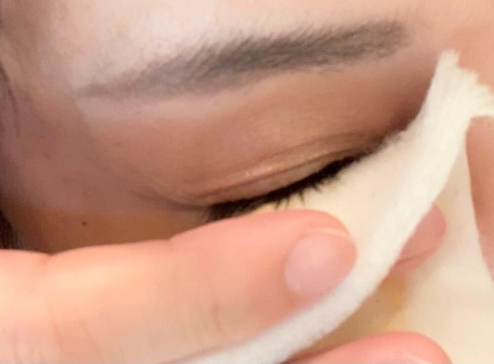 コットンをやさしく目元や口元に当て、数秒おきます。目元に当てる時は目を閉じ、まつ毛を軽く持ち上げるようにしてコットンを当てます