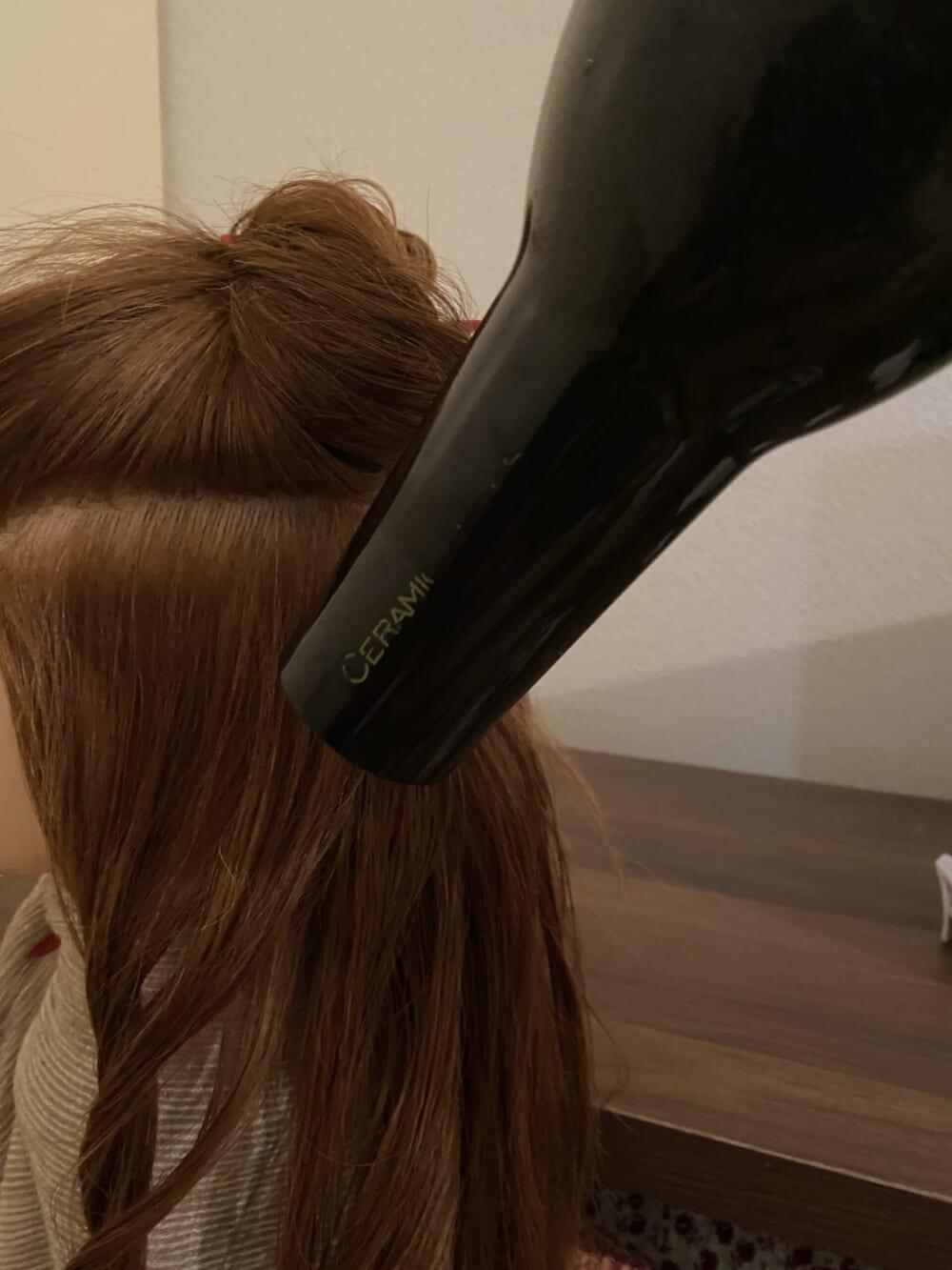 中間から毛先を乾かす場合は、下からドライヤーをあてると毛先がはねたり広がりすぎてしまいます。なので、上からドライヤーをあて乾かしましょう
