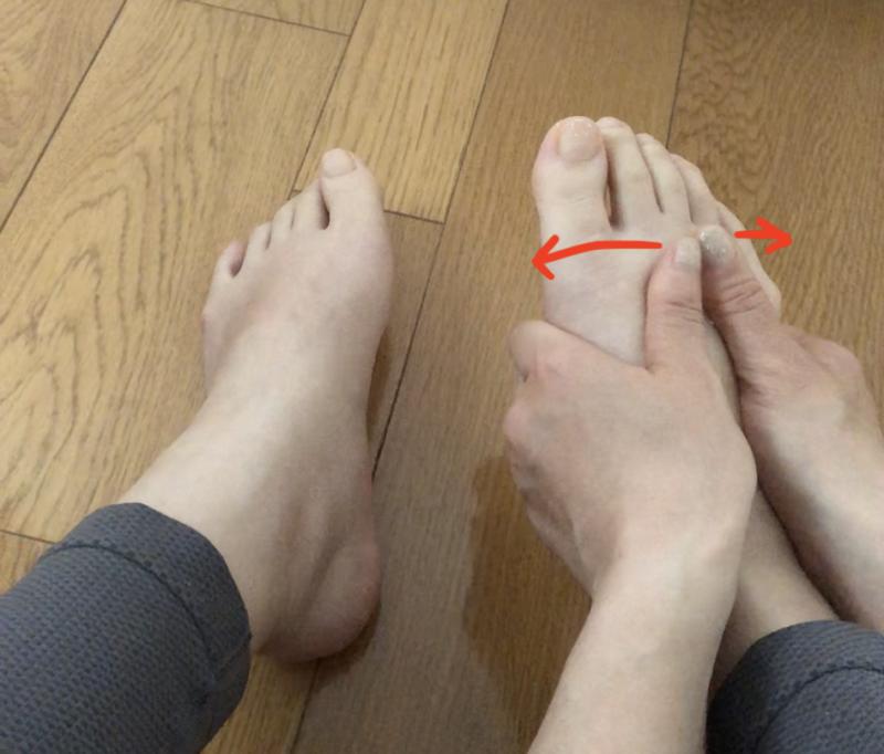 STEP1:足の甲を外側に伸ばす