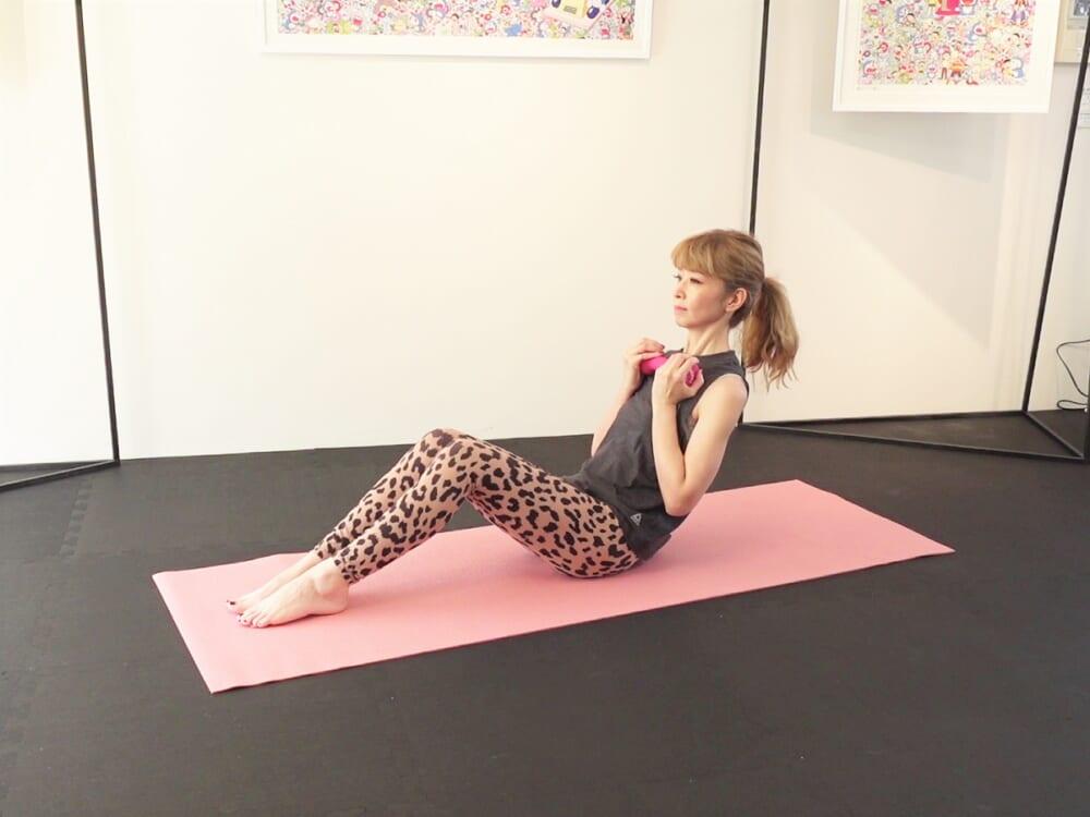 吐く息と脚の付け根が90度になる位置を目安に、上体をまっすぐ後ろに倒します(腰骨→肩→耳までが一直線になるようにしてください)。吸う息で上体を戻し、3回ほど動作を繰り返します
