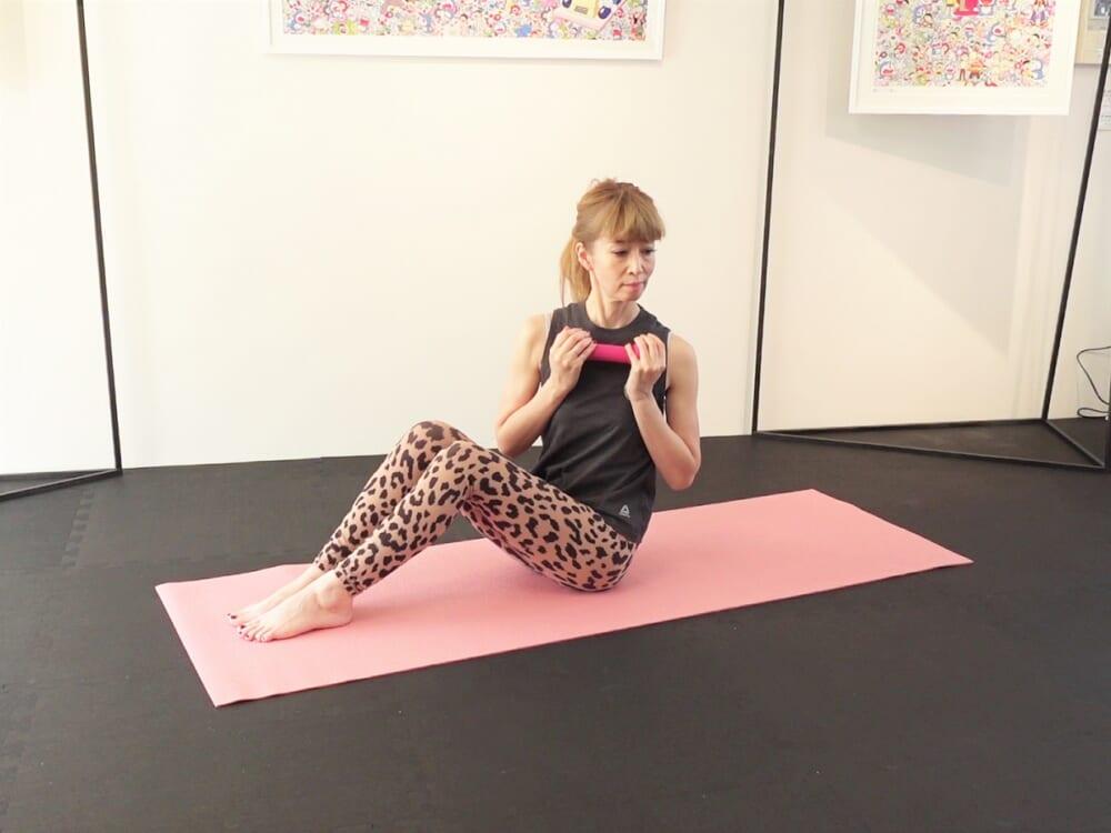 次に、吸う息で体幹を安定させて背骨を伸ばし、吐く息で上体を左側にねじります。吸う息で正面に戻り、吐く息で右側にねじる動作を左右2回繰り返します