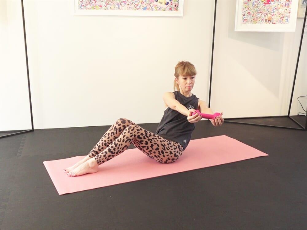 最後に両手を前に伸ばします。吸う息で背骨を伸ばし、吐く息で脚の付け根が90度の位置まで上体を倒し、さらに左側に身体をねじります。吸う息で上体を正面に戻し、左右3回づつを目安に動作を繰り返します