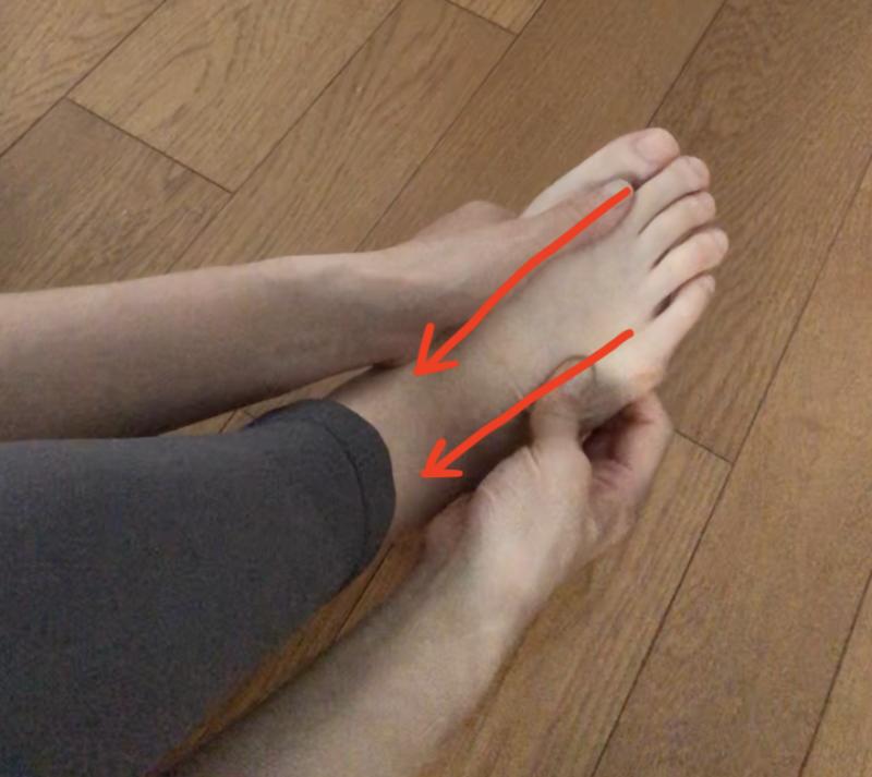 指先側から足首側に向かって親指でなぞります。スタートは外側、内側どちらからでもOKです。満遍なくマッサージしてください。これを3回繰り返しましょう。痛気持ちいいくらいの力加減で行ってください