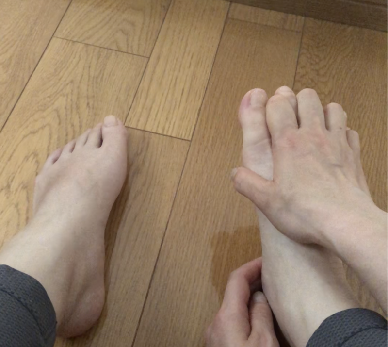 うまく指を動かせない方は、手の指を足の指に差し込んで足の指をギュッパしてもOKです