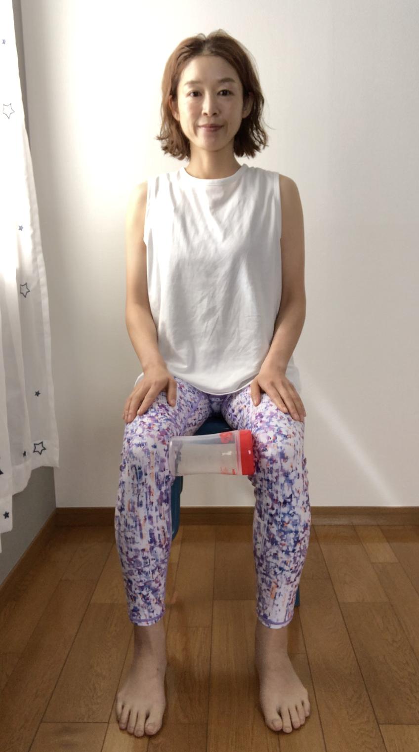 STEP1:両膝の間にブロック、または代替物を挟む