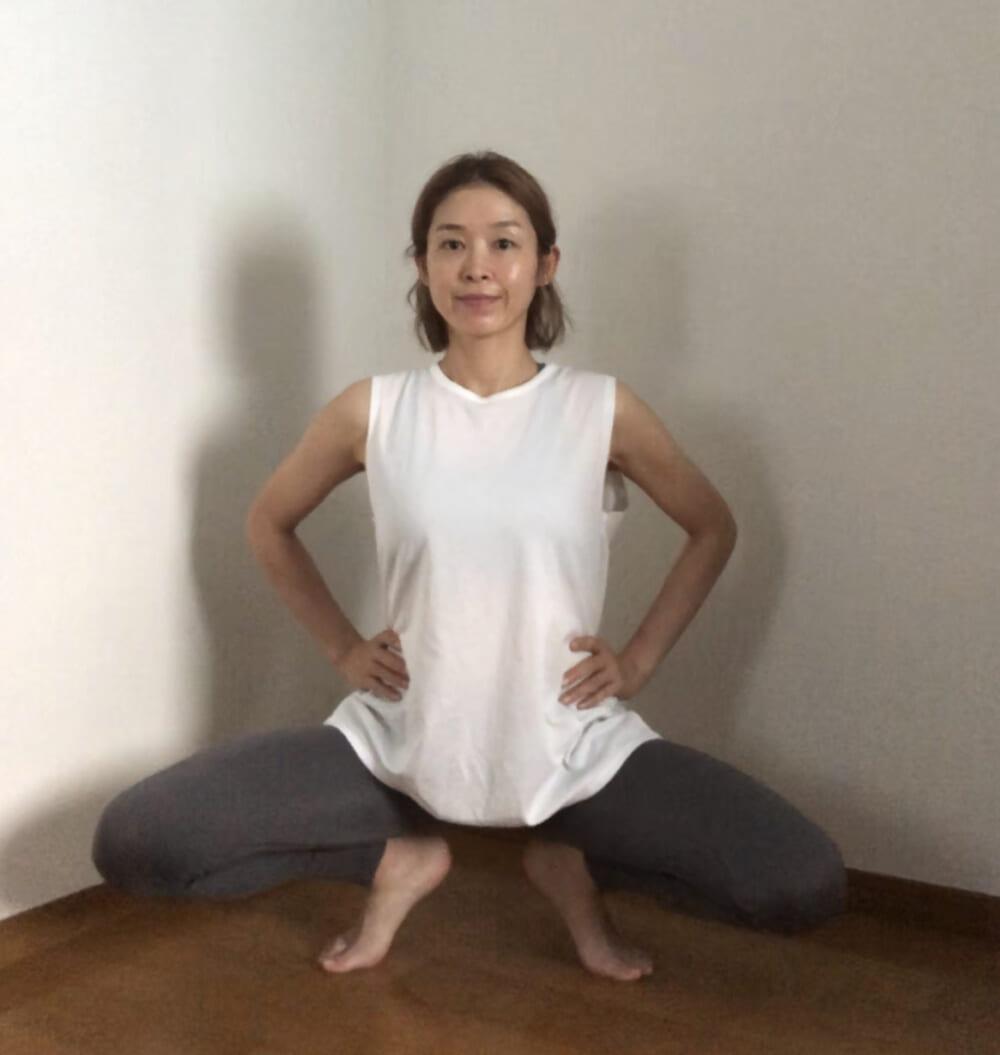 STEP2:膝を曲げてお尻を下ろす