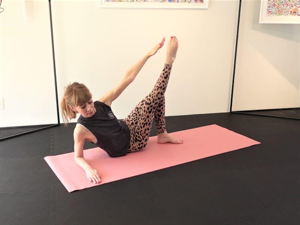 左腕をさらに斜め上に伸ばし(左膝より30センチ弱上)、内くるぶしを押し上げ指先にタッチします。この動作も10回繰り返します