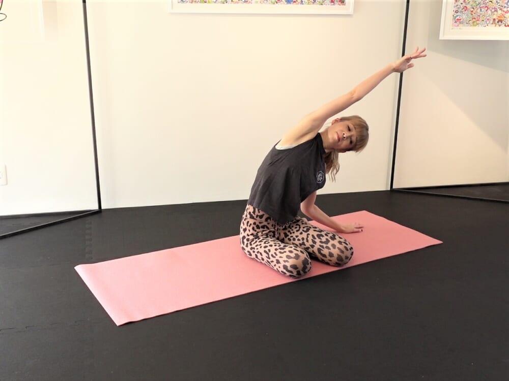 右わき腹、二の腕をゆっくりストレッチしたら、反対側も同様に動作を繰り返してください