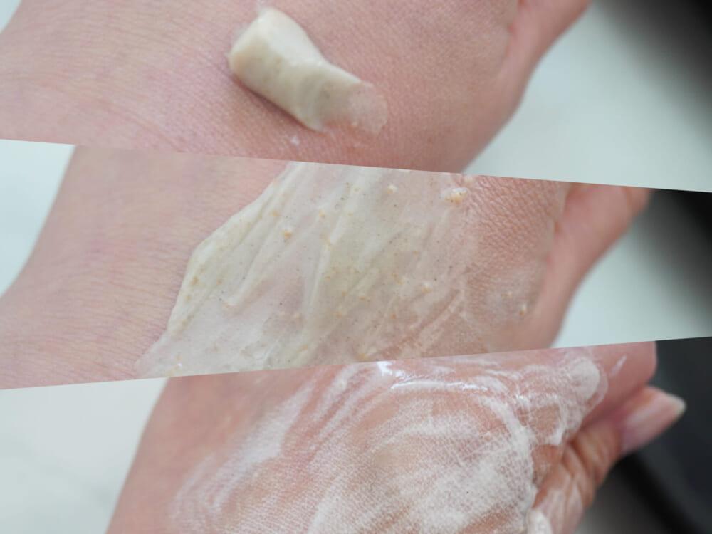 肌の上にペーストをのせスクラブを転がすように肌になじませたら、少量の水を含ませて泡立てます。ゴシゴシこすらなくても、やさしくなでるだけで泡立ちますよ