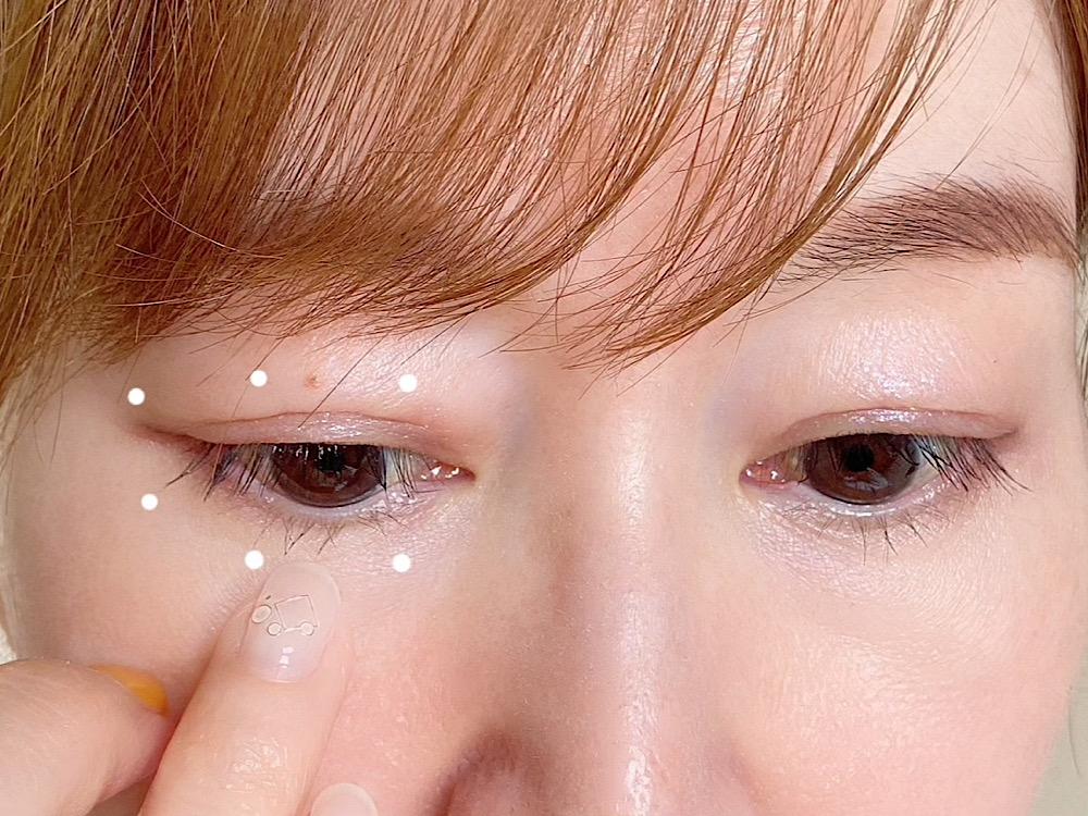 アイクリームはまぶたの上下5〜6カ所に分けて置き、薬指を使ってやさしくなでるようにして塗ります。引っ張ったりこするとシワやたるみの原因につながるで気をつけてください
